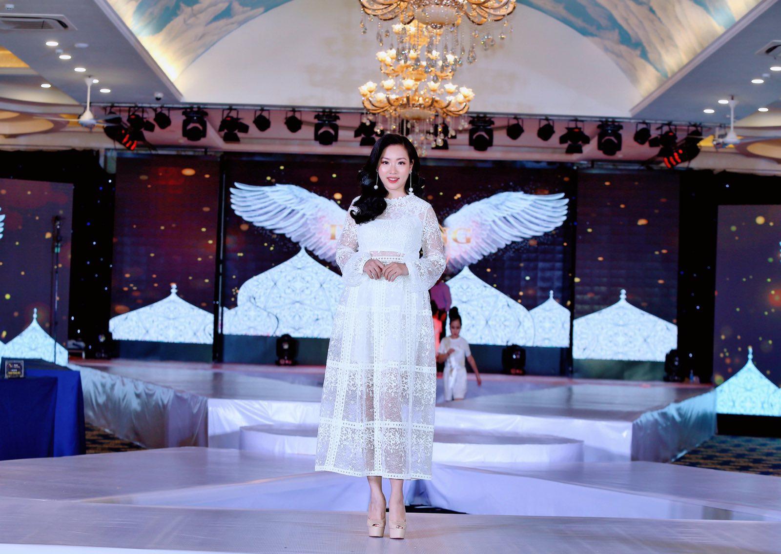 """Doanh nhân Thu Dung duyên dáng trên ghế nóng """"Tỏa sáng thiên thần nhí 2020""""."""