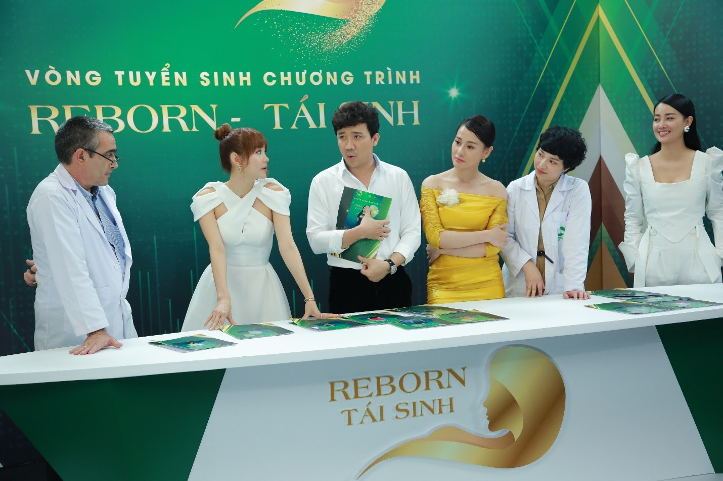 Nghệ sĩ Trấn Thành bất ngờ bị ném dép khi đang làm giám khảo